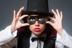 Der Frauenmagier im lustigen Konzept Lizenzfreie Stockfotos