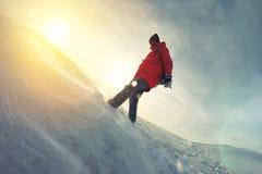 Der Frauenreisende in einer hellen Jacke gehend auf Schnee treibt Lizenzfreies Stockfoto