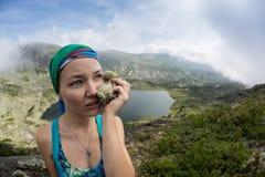 Der Frauenreisende, der selfie in Bergreise-Lebensstilabenteuer-Konzept Active nimmt, macht Bergsteigen im Freien Urlaub Lizenzfreie Stockfotos