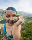 Der Frauenreisende, der selfie in Bergreise-Lebensstilabenteuer-Konzept Active nimmt, macht Bergsteigen im Freien Urlaub Lizenzfreies Stockfoto
