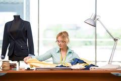 Der Frauenschneider, der an neuer Kleidung arbeitet Stockfotografie