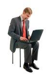 Der freundliche Kerl arbeitet hinter dem Computer stockfoto