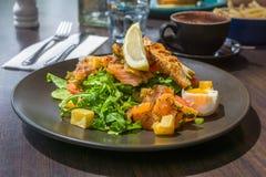 Der frische Salat mit geräuchertem Lachs, Eier Benedict Lizenzfreies Stockfoto