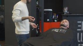 Der Friseur schneidet den Bartmann stock footage