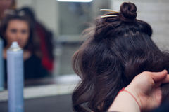 Der Friseur tut ein Haar Lizenzfreies Stockbild