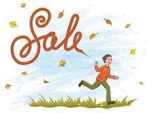 Der frohe Junge, der auf dem Gras mit Drachen läuft, mögen Verkauf beschriften Gelb und Orange verlässt im blauen Himmel Stockfotografie