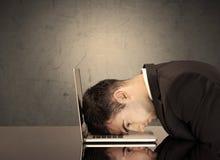 Der frustrierte Kopf des Geschäftsmannes auf Tastatur Stockfotos