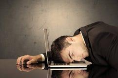 Der frustrierte Kopf des Geschäftsmannes auf Tastatur Lizenzfreie Stockfotos
