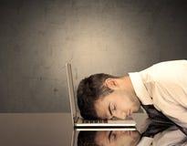 Der frustrierte Kopf des Geschäftsmannes auf Tastatur Stockfotografie