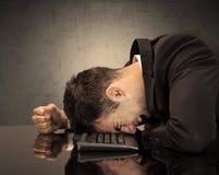 Der frustrierte Kopf des Geschäftsmannes auf Tastatur Lizenzfreie Stockfotografie