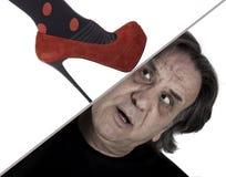 Der Fuß einer Frau Männerkopf zerquetschend Lizenzfreie Stockfotografie