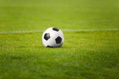 Der Fußball auf Stadions-Grün-Feld Fußballplatz im Hintergrund Lizenzfreies Stockfoto
