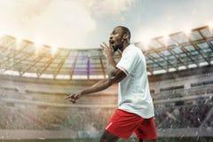Der Fußballspieler in der Bewegung auf dem Feld des Stadions stockfoto