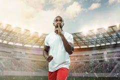 Der Fußballspieler in der Bewegung auf dem Feld des Stadions lizenzfreie stockfotografie