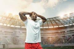 Der Fußballspieler in der Bewegung auf dem Feld des Stadions stockfotos