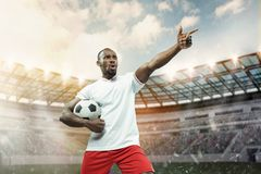 Der Fußballspieler in der Bewegung auf dem Feld des Stadions lizenzfreie stockbilder
