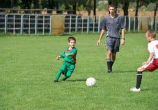 Der Fußball des Kindes Lizenzfreie Stockfotos