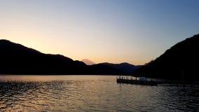 Der Fujisan bei Sonnenuntergang vom See Ashi lizenzfreies stockfoto