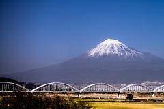 Der Fujisan mit schneebedecktem stockfotos
