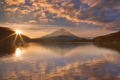Der Fujisan und See Shoji in Japan bei Sonnenaufgang Stockbild