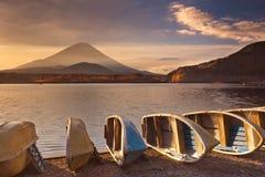 Der Fujisan und See Shoji in Japan bei Sonnenaufgang Lizenzfreies Stockfoto