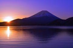 Der Fujisan und der Sonnenaufgang des Morgens glühen vom See Motosu Japan Stockbilder