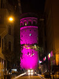 Der Galata-Turm nachts - Rosa Lizenzfreie Stockfotos