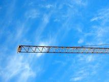Der Galgen des Kranes auf blauem Himmel Stockbild