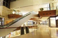 Der Gang des modernen LuxuxEinkaufszentrums Stockfoto