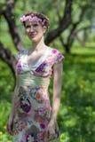 Der Garten der jungen Frau im Frühjahr Stockbild