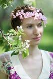 Der Garten der jungen Frau im Frühjahr Lizenzfreie Stockfotos