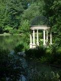 der Garten durch das Wasser Stockfotos