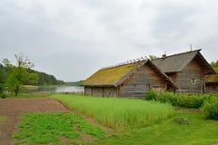 Der Garten und die alte russische Klotzhütte in Pushkin Mikhailovskoe Lizenzfreie Stockfotos