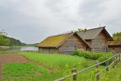 Der Garten und die alte russische Klotzhütte in Pushkin Mikhailovskoe Lizenzfreies Stockfoto