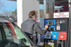 An der Gas-Pumpe Lizenzfreie Stockfotos