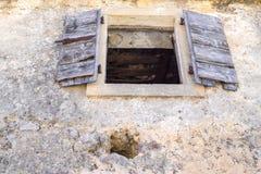 Der geöffnete alte hölzerne Fensterladen Lizenzfreies Stockfoto