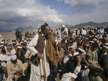 Der gealterte Mann, der während eines großartigen Jirga steht Lizenzfreies Stockfoto