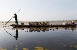 Der gebürtige Fischer fing an, früh im Boot morgens in Thailand zu arbeiten Lizenzfreie Stockfotografie