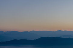 Der Gebirgszug morgens vor dem Sonnenaufgang stockfotos