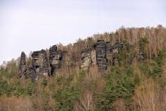 Der Gebirgszug nannte Elbe böhmische Sandstein-Berge in Deutschland/in der Tschechischen Republik stockfoto