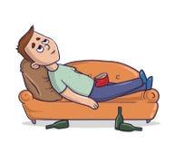 Der gebohrte junge Mann, der auf einer sandig-farbigen Couch liegt, starrt entlang der Decke mit den leeren nahe gelegenen Flasch vektor abbildung