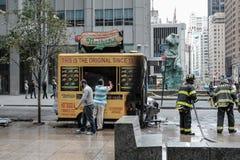 Der gebrannte heraus Hotdogstand, der in zentralem New York, mit Feuer-Abteilung gesehen wird, befehligt anwesend stockbilder