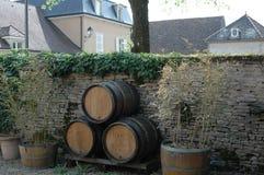 Der Gebrauch der dekorativen Weinfässer Stockfotos