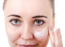 Der Gebrauch der Kosmetik für Hautpflege Lizenzfreies Stockfoto