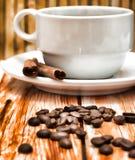 Der gebraute Kaffee, der heiß ist, stellt den frischen Decaf und Espresso dar lizenzfreies stockbild