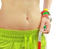Der geeignete Bauch der Frau mit messendem Band Lizenzfreie Stockbilder
