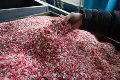 Der gefärbte Plastik granulierte Krume in der Anlage für die Verarbeitung und stockfotografie