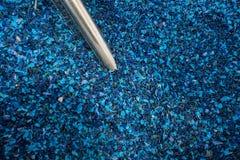 Der gefärbte Plastik granulierte Krume in der Anlage für die Verarbeitung und Lizenzfreies Stockbild