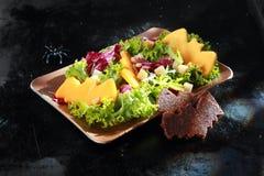 Der geformte Schläger schmückt in Halloween-Salat Lizenzfreies Stockfoto