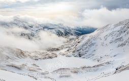 Der gefrorene See in den Bergen stockbild